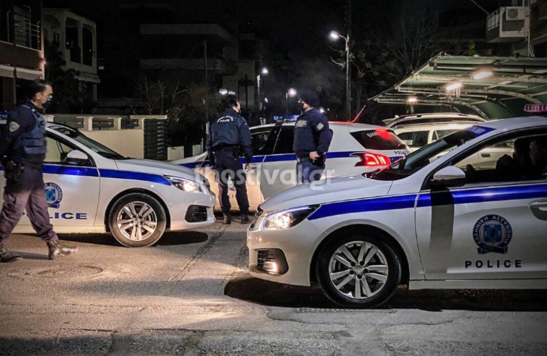 Θεσσαλονίκη: Νύχτα έντασης στην Περαία – 50 κουκουλοφόροι προπηλάκισαν αστυνομικούς (video)