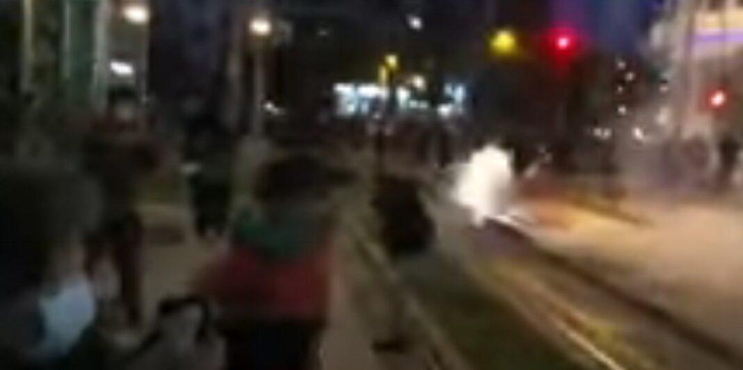 ΩΡΑ: Σοβαρά επεισόδια στη Νέα Σμύρνη - (Video)-Πετροπόλεμος και χημικά