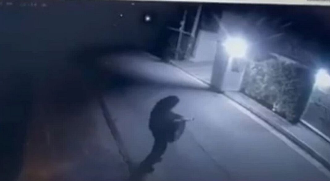 Μένιος Φουρθιώτης: Η στιγμή που ο δράστης πυροβολεί με καλάσνικοφ έξω από το σπίτι [Βίντεο]