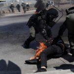 Αντιεξουσιαστές έριξαν κατά λάθος μολότοφ σε διαδηλωτή - Τον έσωσαν άνδρες των ΜΑΤ [βίντεο]