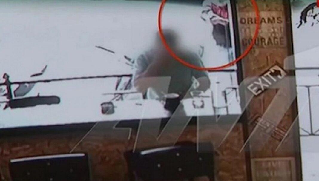 Η συγκλονιστική στιγμή της δολοφονίας του 32χρονου σε καφετέρια στα Σεπόλια έχει καταγραφεί σε βίντεο.