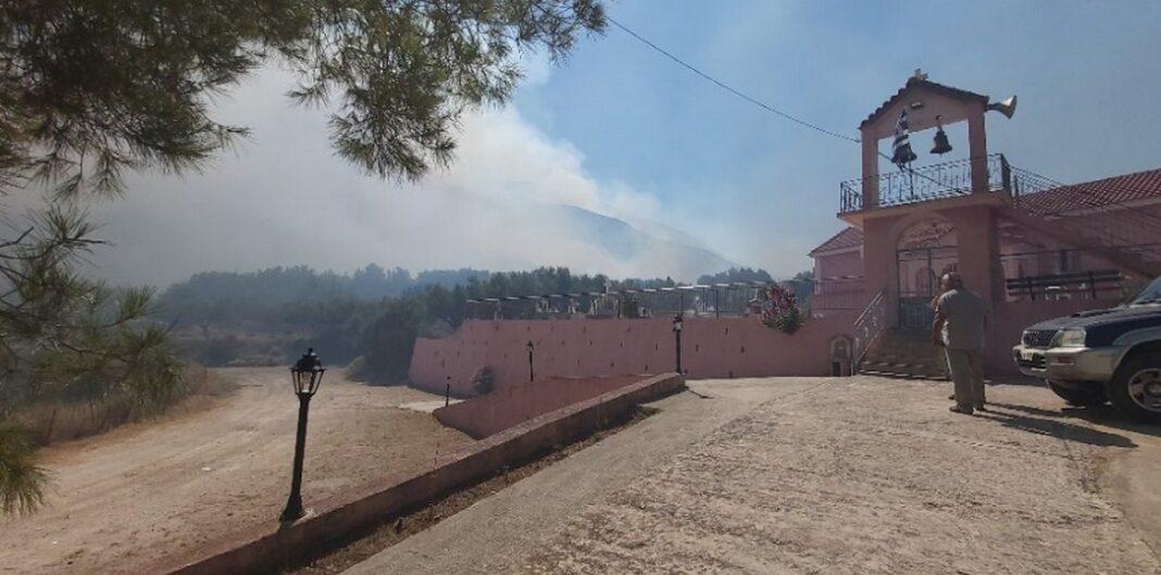 Η φωτιά έχει ξεσπάσει στον Ελειό σε περιοχή ανάμεσα σε Ξενόπουλο, Καμπιτσάτα - Εκκενώθηκαν τα χωριά Καπανδρίτη και Αγία Ειρήνη