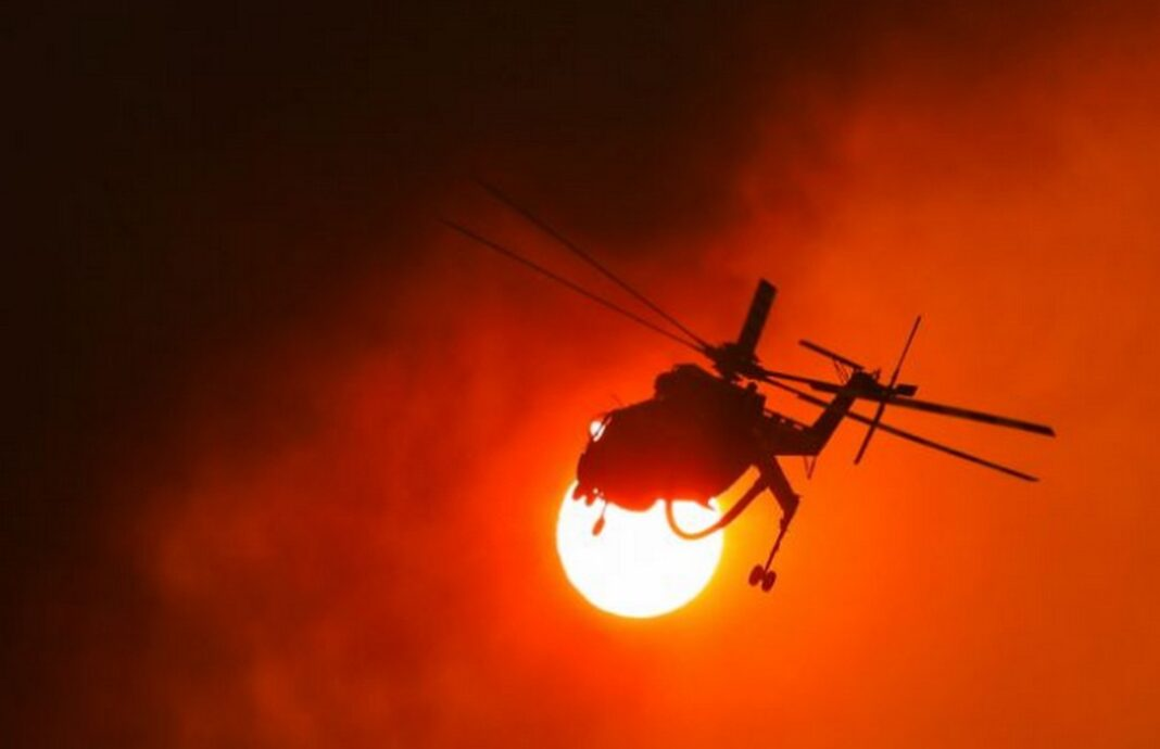 Συγκλονιστικό βίντεο από τα Βίλια - Στρόβιλος από φωτιά «πετά» κορμό δέντρου